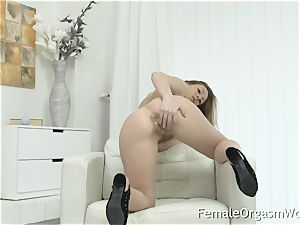 Mature mummy jacks Her unshaved puss to climax