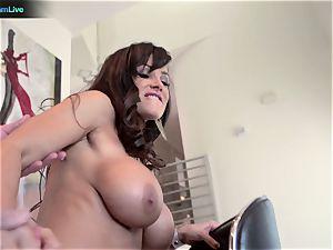 mummy sex industry star Lisa Ann heads for a morning fuck-fest