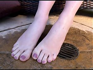 molten super hot Kagney Karter plays with her super-hot toes