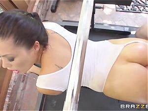 London Keyes oily bang in a gym